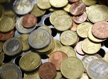 Монеты евро в офисе Money Service Austria в Вене. 3 марта 2016 года. Евро торгуется в пятницу вблизи трёхнедельного максимума, достигнутого накануне вечером после комментариев главы ЕЦБ о том, что он не ждет новых понижений процентных ставок в ближайшее время. REUTERS/Leonhard Foeger