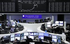 Las bolsas europeas rebotaban en las primeras operaciones del viernes, después de fuertes caídas en la sesión anterior, con una recuperación de los metales y los precios del crudo impulsando los valores relacionados con materias primas. En la imagen, unos operadores en la Bolsa de Fráncfort, el 10 de marzo de 2016. REUTERS/Staff/Remote