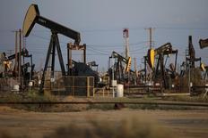 Станка-качалки на нефтяном месторождении в Калифорнии. 20 апреля 2015 года. Цены на нефть, возможно, достигли нижней точки, так как добыча в США и других не входящих в ОПЕК странах начинает быстро снижаться, а поставки из Ирана растут медленно, говорится в ежемесячном отчете Международного энергетического агентства (IEA). REUTERS/Lucy Nicholson