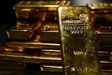 Слитки золота в хранилище ProAurum в Мюнхене. 3 марта 2014 года. Цены на золото поднялись до 13-месячного максимума за счет роста курса евро к доллару после намека Европейского центробанка, что он больше не будет снижать процентные ставки. REUTERS/Michael Dalder