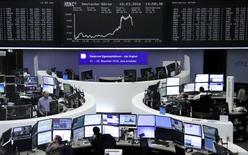 Operadores trabajando en la Bolsa de Fráncfort, Alemania. 10 de marzo de 2016. Las bolsas europeas rebotaban en las primeras operaciones del viernes después de las fuertes caídas en la sesión anterior, en momentos en que una recuperación de los precios de los metales y el crudo apoyaban a los valores ligados a las materias primas. REUTERS/Staff/Remote