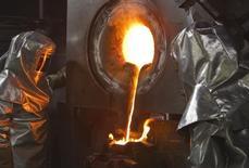 Рабочие предприятия при золотом руднике Кумтор в Киргизии. 14 марта 2013 года. ВВП Киргизии в январе-феврале 2016 года сократился на 7,8 процента по сравнению с ростом на 8,9 в тот же период годом ранее из-за падения производства золота, сообщил Нацстат в пятницу. REUTERS/Shamil Zhumatov