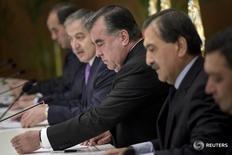 """Президент Таджикистана Эмомали Рахмон (второй справа) на встрече с госсекретарем США Джоном Керри в Душанбе 3 ноября 2015 года. Власти Таджикистана обязали граждан объяснять причины выезда за рубеж, опасаясь, что среди них могут оказаться желающие примкнуть к боевикам """"Исламского государства"""" на Ближнем Востоке. REUTERS/Brendan Smialowski/Pool"""