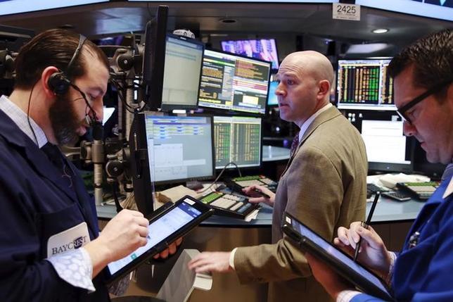 3月11日、14日からの1週間の米株式市場では、米連邦準備理事会(FRB)が開催する連邦公開市場委員会(FOMC)が最大の焦点になる。写真はニューヨーク証券取引所のトレーダー(2016年 ロイター/Lucas Jackson)