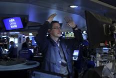 Трейдер работает на фондовой бирже Нью-Йорка. Инвесторы, подталкивавшие фондовый рынок США вверх в прошедшем месяце, на этой неделе будут следить за Федрезервом США в ожидании сигналов о траектории будущего повышения ключевой ставки. REUTERS/Carlo Allegri
