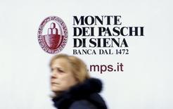 Las bolsas europeas subían el lunes, extendiendo las ganancias de la sesión anterior y con las acciones bancarias entre las que mejor evolucionaban, ya que las nuevas medidas de apoyo del Banco Central Europeo impulsaban la cotización del sector. En esta imagen de archivo, una mujer pasa frente al banco Monte dei Paschi en Siena, el 29 de enero de 2016.   REUTERS/Max Rossi