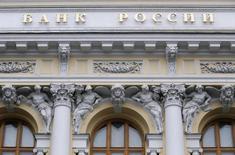 Штаб-квартира ЦБ РФ в Москве. Замедление инфляции в России и продолжающееся второй месяц подряд укрепление рубля усилили ожидания снижения ключевой ставки ЦБР, но большинство аналитиков уверены в последовательности регулятора, еще в январе угрожавшего повышением ставки, поэтому в марте консенсус предполагает сохранение ставки неизменной и возврат в пресс-релиз фразы о скором смягчении политики. REUTERS/Maxim Zmeyev