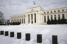 La Reserva Federal de Estados Unidos no subirá los tipos de interés esta semana, pero probablemente dejará en claro que mientras la inflación y los empleos continúen mejorando, la debilidad económica internacional no impedirá que el precio del dinero suba pronto. En la imagen, el edificio de la Reserva Federal en Washington, el 26 de enero de  2016. REUTERS/Jonathan Ernst