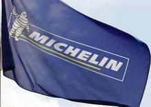 Michelin est une des valeurs à suivre mardi à la Bourse de Paris. Le fabricant de pneumatiques a fait état d'une accélération du marché européen du pneu première monte pour les voitures et les utilitaires légers en février. /Photo d'archives/REUTERS/Régis Duvignau