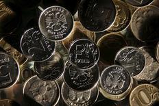 Рублевые монеты в Москве 11 января 2016 года. Рубль торгуется в минусе с самого начала биржевой сессии вторника, ориентируясь на текущую отрицательную динамику нефти и сырьевых валют на мировых рынках. REUTERS/Maxim Zmeyev