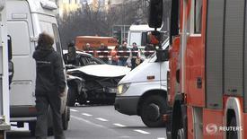 Поврежденный автомобиль Volkswagen на Бисмаркштрассе в Берлине 15 марта 2016 года. Причиной взрыва находившегося в движении автомобиля в центре Берлина могло стать взрывное устройство, сообщила полиция. REUTERS/Reuters Tv
