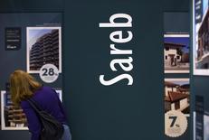 El denominado banco malo español dijo el martes que ha vendido un paquete de préstamos con un importe nominal de 73,7 millones de euros y garantizados por activos situados en las provincias de Madrid, Barcelona, Cáceres y Tarragona. En la imagen, una mujer en el puesto del banco malo durante un salón inmobiliario en Madrid el 30 de mayo de 2013. REUTERS/Sergio Perez