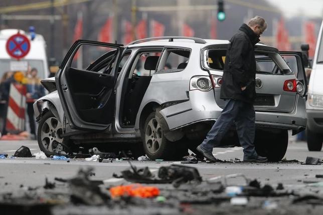 3月15日、ベルリン中心部で車が爆発、運転手が死亡した。写真は現場で被害状況を調べる警察官。同日撮影(2016年 ロイター/Fabrizio Bensch)