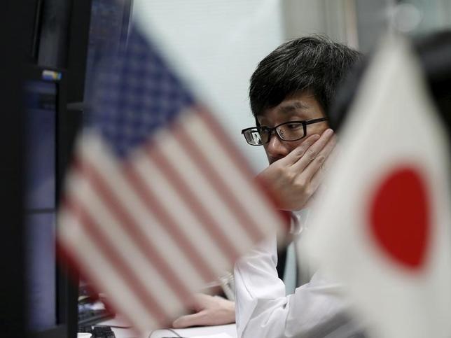 3月15日、終盤のニューヨーク外為市場では、ドルが対円で下落した。写真は外為取引会社の従業員、都内で昨年9月撮影(2016年 ロイター/Toru Hanai)