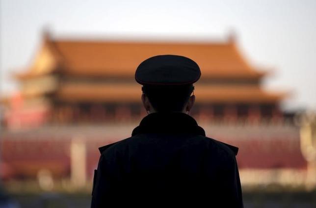 3月12日、中国の強力な労働者保護に対する批判が上層部からも浮上している。写真は北京の人民大会堂を警備する兵士。7日撮影(2016年 ロイター/Jason Lee)
