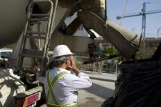 El consumo de cemento en España subió un 8,4 por ciento en el mes de febrero respecto al mismo mes del año anterior, dijo el miércoles la patronal cementera Oficemen. En la imagen, un conductor de un camión de cemento delante de unas obras en Tomares, España, el 11 de mayo de 2012. REUTERS/Marcelo Del Pozo