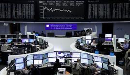 Operadores trabajando en la Bolsa de Fráncfort, Alemania. 14 de marzo de 2016. Las acciones europeas subían el miércoles debido a que un alza de los títulos de energéticas impulsaban a los mercados de la región. REUTERS/Staff/Remote