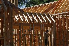 Un hombre trabaja en la construcción de una casa en Manhasset, Nueva York. 16 de septiembre de 2015. Los inicios de construcción de viviendas en Estados Unidos subieron más a lo previsto en febrero, cuando tocaron su nivel más alto en cinco meses, debido a que los constructores aumentaron la edificación de viviendas unifamiliares, en una señal de confianza en la economía. REUTERS/Shannon Stapleton