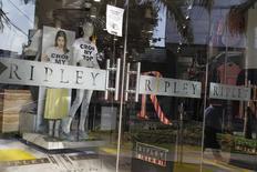 """Una tienda de Ripley en el distrito comercial de San Isidro en Lima, Perú. 16 de octubre de 2014. Las acciones de la minorista chilena Ripley subían con fuerza el miércoles, luego de que un columnista de un diario mexicano aseguró que esta semana """"es crucial"""" para una posible fusión con la mexicana Liverpool. REUTERS/Enrique Castro-Mendivil"""