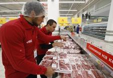 Мясной отдел магазина Ашан в Москве. 28 ноября 2014 года. Инфляция в России с 10 по 14 марта 2016 года замедлилась до 0,1 процента с 0,2 процента за предыдущую неделю, сообщил Росстат. REUTERS/Sergei Karpukhin