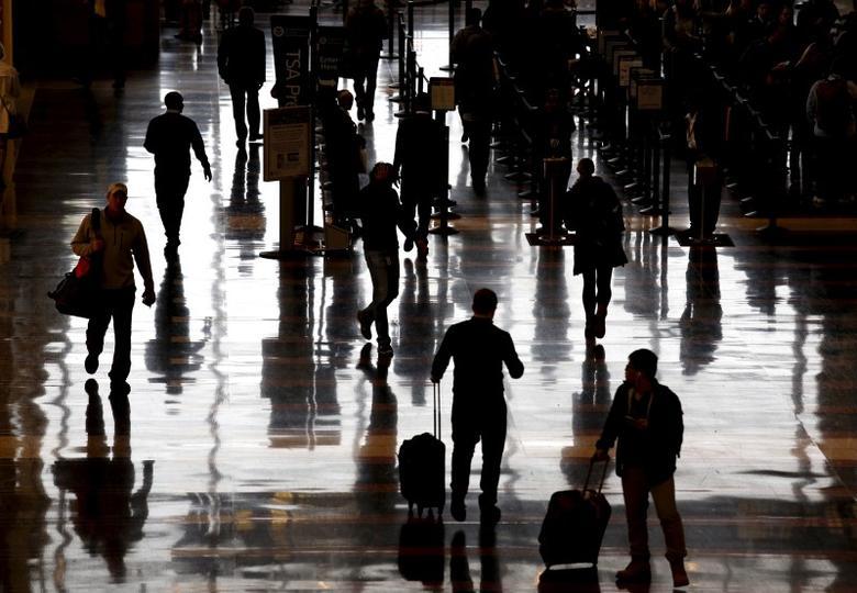Travelers make their way through Reagan National Airport in Washington December 23, 2015.  REUTERS/Kevin Lamarque