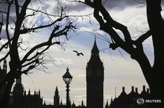 Вид на Вестминстерский дворец в Лондоне 28 февраля 2016 года. Правительство Великобритании резко снизило прогноз экономического роста страны на текущий и следующий годы, сообщил в среду министр финансов Джордж Осборн в ежегодном бюджетном послании. REUTERS/Paul Hackett