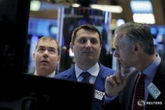 Трейдеры на торгах Нью-Йоркской фондовой биржи 4 марта 2016 года. Индексы американского фондового рынка показали скромную динамику после открытия в среду перед заявлениями ФРС по итогам совещания регулятора. REUTERS/Brendan McDermid