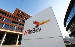 Anheuser-Busch InBev s'apprête à lancer le plus important emprunt obligataire jamais réalisé en Europe, donnant le ton sur un marché où les opérations de financement de méga fusions-acquisitions sont appelées à se multiplier. /Photo prise le 25 février 2016/REUTERS/Yves Herman