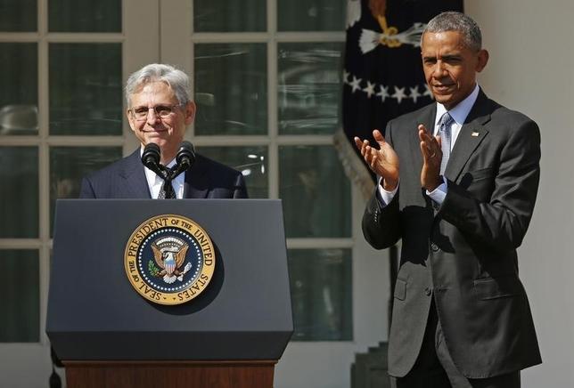 3月16日、オバマ米大統領は、連邦最高裁判事にコロンビア特別区連邦控訴裁のメリック・ガーランド判事を指名した。写真は16日、ホワイトハウスで指名発表後に会見するガーランド判事(左)(2016年 ロイター/Kevin Lamarque)