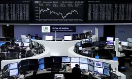 Operadores trabajando en la Bolsa de Fráncfort, Alemania, 16 de marzo de 2016. Las acciones europeas cedieron ganancias previas para cerrar estables el miércoles, después de que un reporte mostró que la inflación en Estados Unidos avanzó más de lo esperado el mes pasado, con un mercado soportado por el alza en los títulos de empresas de energía y automotrices. REUTERS/Staff/Remote
