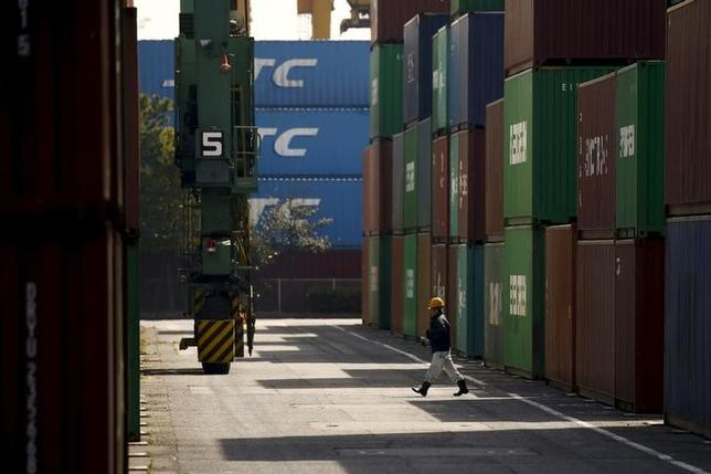 3月17日、2月貿易統計速報によると、貿易収支(原数値)は2428億円の黒字で、2カ月ぶりの黒字となった。都内で先月撮影(2016年 ロイター/Thomas Peter)