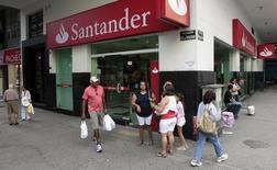 Banco Santander Brasil SA está considerando hacer una oferta por la filial local de Citigroup Inc, en un intento del mayor prestamista extranjero en el país por crecer en la banca para clientes ricos, dijo el miércoles un ejecutivo de alto rango. En la imagen, residentes caminan delante de una sucursal del banco Santander en el barrio de Copacabana, en Río de Janeiro, el 22 de mayo de 2012. REUTERS/Sergio Moraes