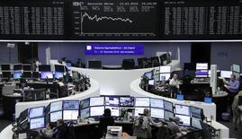 Las bolsas europeas repuntaban en su apertura el jueves después de que la indicación de la Reserva Federal estadounidense de que reducirá las alzas de los tipos de interés esperados para este año alentara a los mercados internacionales.  En la imagen, operadores en sus mesas delante del índice de precios alemán DAX, en la bolsa de Frácnfort, Alemania, el 14 de marzo de 2016.     REUTERS/Staff/Remote