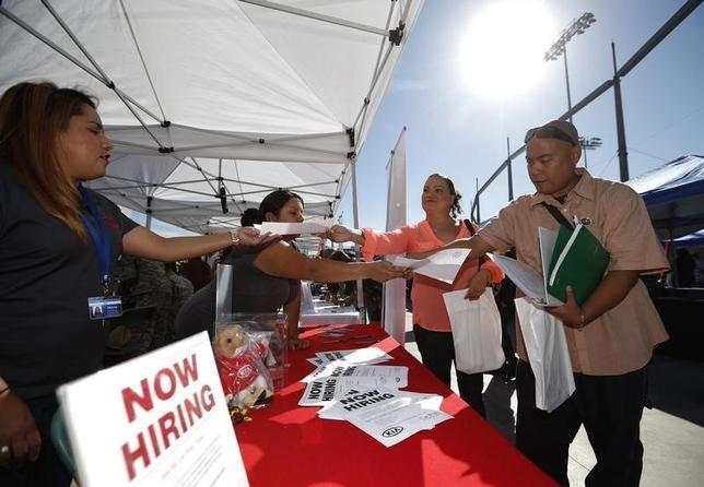 3月17日、12日までの週の新規失業保険申請件数は前週比7000件増の26万5000件となった。写真は2014年10月、カリフォルニア州で行われた就職フェア(2016年 ロイター/Lucy Nicholson)