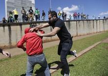 Briga de manifestantes contra e a favor do governo nos arredores do Palácio do Planalto. 17/03/2016 REUTERS/Ricardo Moraes