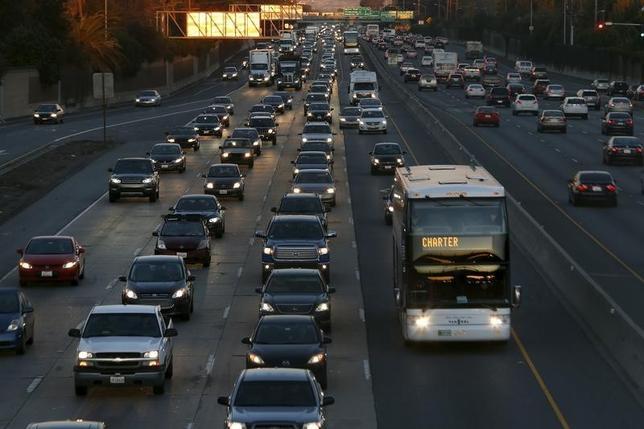 3月17日、日米欧の自動車メーカー20社は、2022年をめどに米国で販売するほぼすべての車両に自動緊急ブレーキを標準装備する方針で合意した。写真は2015年12月、カリフォルニア州の高速道路を撮影(2016年 ロイター/Stephen Lam)