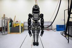 """Robô """"Atlas"""", primeiramente desenvolvido pela Boston Dynamics, é apresentado em coletiva de imprensa na Universidade de Hong Kong, em foto de arquivo. 17 de outubro de 2013.  REUTERS/Tyrone Siu/Files"""