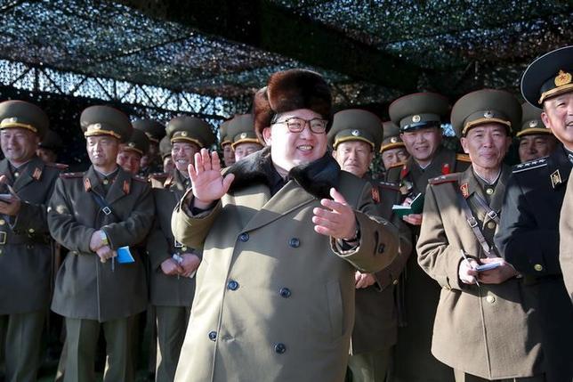 3月18日、韓国の聯合ニュースによると、北朝鮮が弾道ミサイルを発射した。写真中央は金正恩第1書記、提供写真(2016年 ロイター/KCNA)