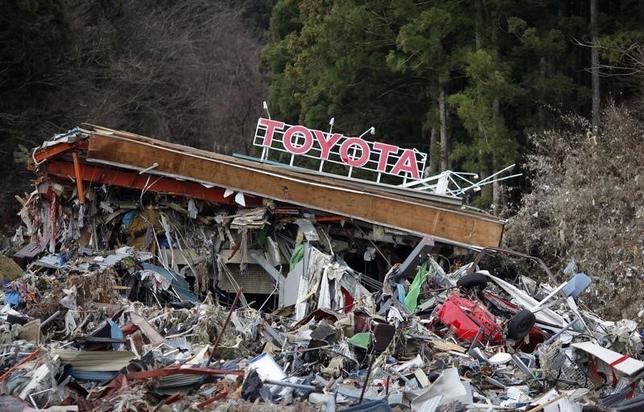 3月18日、自動車メーカーや部品各社で災害に強い供給網の構築が広がっている。写真は地震で崩壊したトヨタ車ディーラー店。南三陸で2011年3月撮影(2016年 ロイター/Carlos Barria)