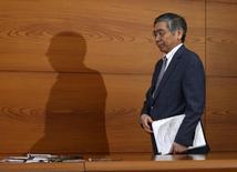 El personal del Banco de Japón realizó dos propuestas en su revisión de tasas de enero, una de ampliar el enorme programa de compra de activos del organismo y otra de agregar tasas de interés negativas a las compras de activos, mostraron el viernes las minutas de la reunión. En la imagen, el gobernador del Banco de Japón (BOJ) Haruhiko Kuroda llega a una rueda de prensa en la sede de Tokio, Japón, el 15 de marzo de 2016. REUTERS/Toru Hanai