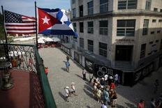 Cuba hizo el jueves un gesto de reciprocidad a Estados Unidos, tres días antes de la visita del presidente Barack Obama a La Habana, al anunciar que eliminará un impuesto a los dólares que ingresan a la isla. En la imagen, banderas de EEUU y Cuba en una terraza de un restaurante en el centro de La Habana, el 17 de enero de 2016. REUTERS/Alexandre Meneghini