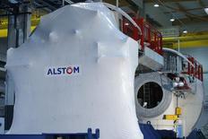 En tête des hausses du CAC 40 à la mi-séance vendredi, Alstom prend encore 3,05%,, après avoir gagné 4,49% jeudi, avec une note de JPMorgan optimiste sur l'activité transport. Le groupe a signé un nouveau contrat en Egypte pour le métro du Caire d'une valeur de 12 millions d'euros. /Photo d'archives/REUTERS/Stéphane Mahé