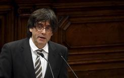 La agencia de calificación crediticia Fitch señaló el viernes que la débil posición de liquidez de Cataluña unida a los importantes vencimientos que afronta en 2016 deberán llevar a la región a tener una gestión proactiva de su deuda y a mantener una posición de colaboración con el Gobierno central. En la imagen, el presidente del Gobierno catalán Carles Puigdemont en el Parlamento de la región, en Barcelona, 10 de enero de 2016. REUTERS/Albert Gea