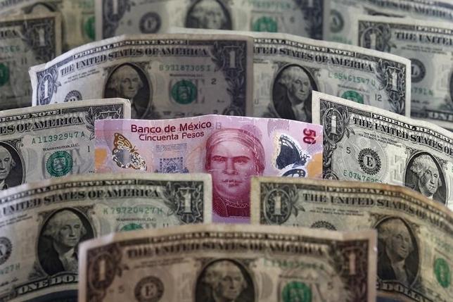 3月18日、メキシコ中銀は政策金利を3.75%に据え置くことを決定した。中銀は財政当局が実施した措置でペソ相場は回復したと認識。ただ軟調なペソ相場に起因するインフレリスクを注視していくとした。写真は2015年7月、メキシコ市で(2016年 ロイター/Edgard Garrido)