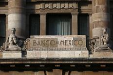 El logo del Banco de México en la fachada de su sede. 23 de enero de 2015.  El banco central mexicano mantuvo el viernes en 3.75 por ciento su tasa referencial de interés, aunque indicó que se mantendrá atento al desempeño de la moneda y su posible efecto en la inflación, que ha logrado amortiguar. REUTERS/Edgard Garrido