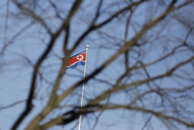 3月21日、韓国軍は、北朝鮮が短距離飛翔体を数発発射したと発表した。写真は北京の北朝鮮大使館内に掲げられた国旗。2月撮影(2016年 ロイター/Jason Lee)