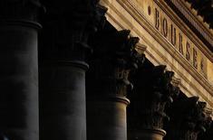 Les  Bourses européennes ont débuté en baisse lundi, alourdies par Casino et les secteurs des ressources de base et de l'énergie qui pâtissent du repli des cours du pétrole pour la deuxième séance d'affilée. À Paris, le CAC 40 recule de 0,51% à 4.439,95 points vers 08h20 GMT. /Photo prise le 2 mars 2016/REUTERS/Christian Hartmann