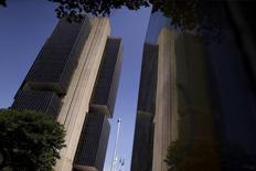 La sede del Banco Central de Brasil en Brasilia, dic 9, 2015. La economía de Brasil podría recuperarse rápidamente después de que se disipen las incertidumbres políticas, dijo el lunes el director del Banco Central Tony Volpon.   REUTERS/Ueslei Marcelino