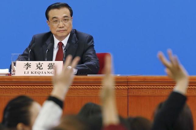 3月21日、中国の李克強首相は金融リスクを回避する政策手段を多く有しており、市場との対話を改善していくと述べた。写真は16日の全人代閉幕後会見で撮影。(2016年 ロイター/ Kim Kyung Hoon)