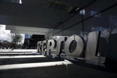 La agencia de calificación crediticia Moody's confirmó el lunes el rating de Repsol en 'Baa2' con perspectiva negativa tras los recortes de gasto llevados a cabo por el grupo para combatir las caídas del precio del crudo y la flexibilidad que tiene para vender activos. En la foto, el logo de Repsol delante de su sede central en Madrid el 25 de febrero de 2016.  REUTERS/Juan Medina
